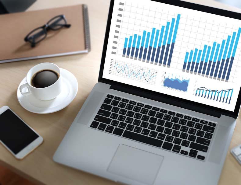 Laptop mit Digarammen auf Schreibtisch