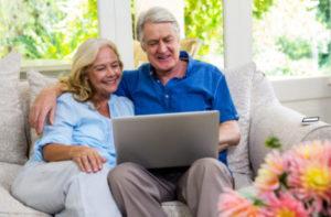Ehepaar vor Laptop