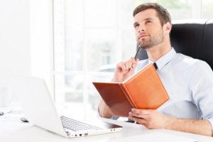 Nachdenkender Mann vor Computerbildschirm